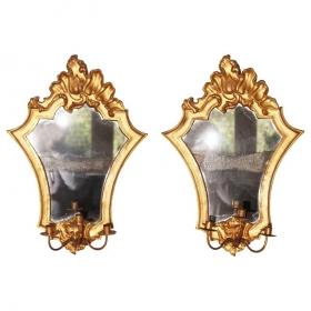 Pareja de espejos dorados de pared con guirnaldas. Año 1700