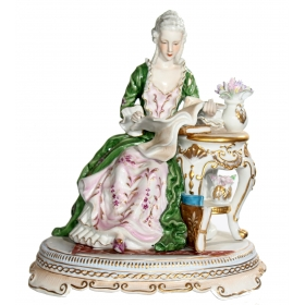 Figura de porcelana de dama leyendo