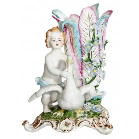 Figura de porcelana de niño con cisne