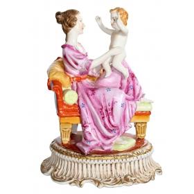 Figura de porcelana con dama y niño.