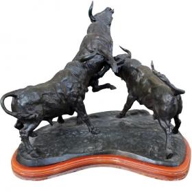 Escultura de bronce de tres toros luchando por el autor J. Cuevas. Años 80.