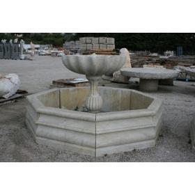 Fuente de mármol en forma de concha con cerco
