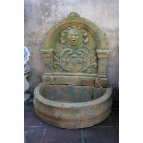Fuente de pared grande de piedra recompuesta