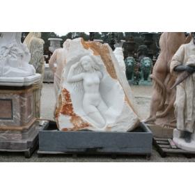 Fuente de mujer en roca con cerco tallado a mano