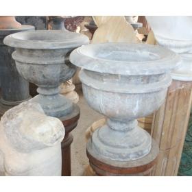 Pareja de maceteros de marmol tallado