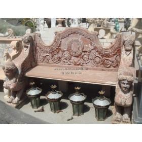 Banco ornamental con esfinges de tres plazas, tallado en mármol rojo alicante