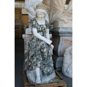 Escultura de mujer sentada realizada en varios marmoles