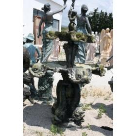 Fuente de bronce con peces y niño