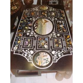 Tablero de mesa rectangular para ocho comensales, con incrustaciones de piedras duras