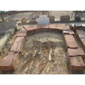 Portada de piedra de molino antiguo con inscripcion y fechada