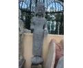 Escultura de piedra oriental alta