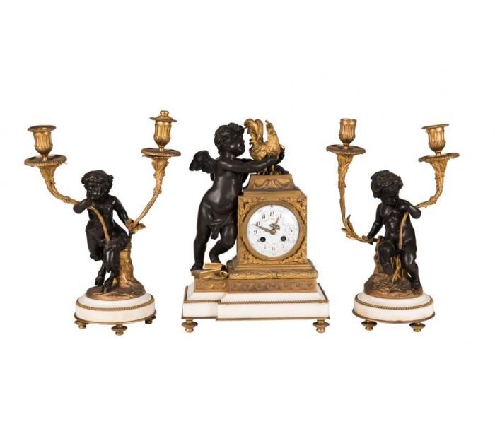 Guarnición francesa de reloj y candelabros de bronce dorado, patinado y mármol blanco con figuras de amorcillos