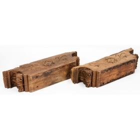 Pareja de ménsulas de madera tallada con decoración vegetal