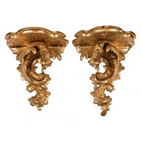 Pareja de ménsulas de madera tallada y dorada siguiendo modelos Rococó