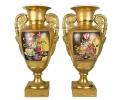 Pareja de copas doradas realizadas en porcelana y motivos florales