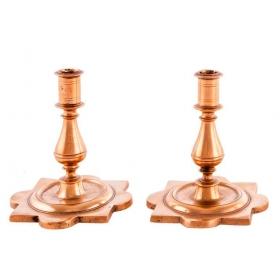 Pareja de candeleros en bronce dorado, del S. XVIII, con pie de estrella.