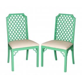 Pareja de sillas de gusto oriental con respaldo de celosía policromadas en verde