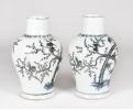 Pareja de tibores de porcelana azul y blanco con decoración de ramas de bambú, almendros y aves