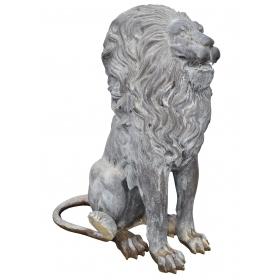 León de bronce sentado realizado a tamaño natural