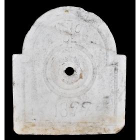 Fuente de pared antigua realizada en mármol blanco