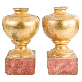 Pareja de remates esféricos en madera dorada con base marmoreada. S. XVIII.