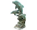 Gran fuente de bronce con esculturas gigantes de delfines jugando con olas