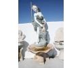 Fuente de pared con escultura de mujer realizada en mármol de varios colores