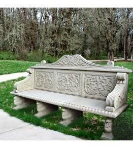 Banco de cinco plazas en piedra arenisca tallado en estilo renacentista florentino.