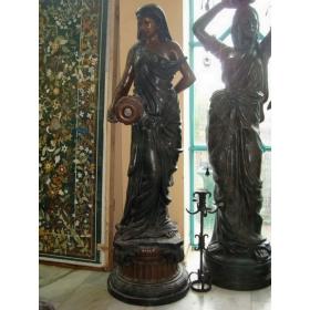 Mujer cántaro de bronce