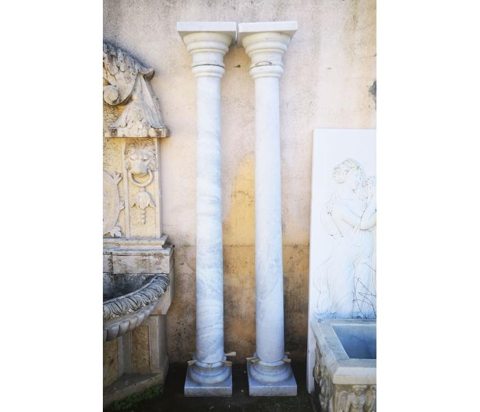 Pareja de columnas realizadas en mármol blanco