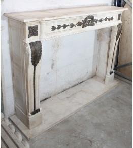 Chimenea realizada en mármol blanco y bronce