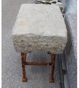 Banco pequeño realizado en piedra con pies de hierro
