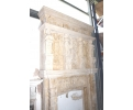 Gran chimenea de piedra arenisca. Decoraciones florales, cariátides y atlantes.