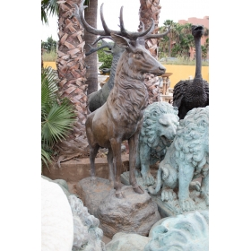Ciervo de bronce sobre roca...