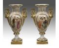 Pareja de jarrones de porcelana y decoraciones en bronce